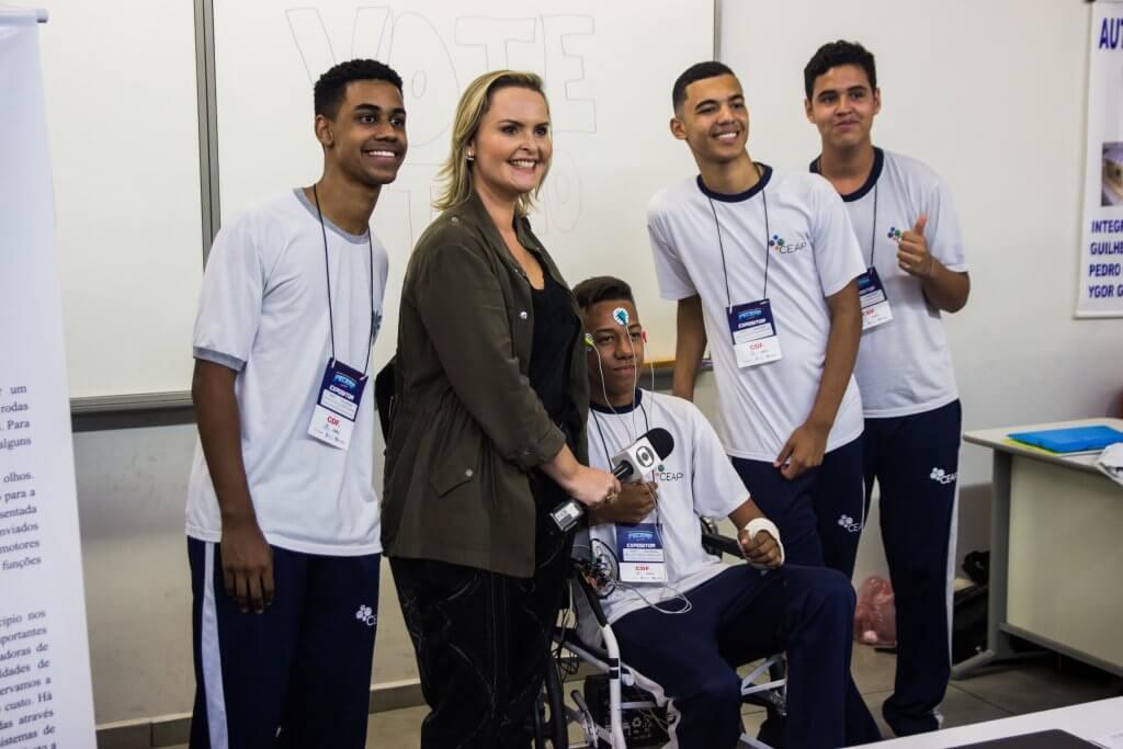 Grupo de jovens com cadeira de movimentos oculares